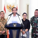 Presiden Jokowi didampingi Menlu, Mensesneg, dan Panglima TNI saat memberikan keterangan pers mengenai pembebasan WNI yang disandera di Filipina, Minggu (1/5), di Istana Kepresidenan Bogor. (Foto: BPMI/Rusman)