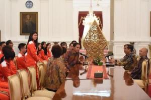 Presiden Jokowi Menerima Tim Thomas dan Uber Indonesia, Selasa (10/5), di Istana Merdeka, Jakarta. (Foto: Humas/Deni)