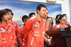 Presiden Joko Widodo menerima kedatangan pemain, pelatih dan pengurus Persatuan Bulu Tangkis Seluruh Indonesia (PBSI) yang tergabung dalam Tim Thomas dan Tim Uber 2016 yang akan berlaga di kejuaraan Thomas dan Uber di Tiongkok, di Istana Merdeka Jakarta, Selasa (10/5) siang.