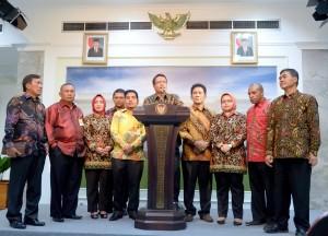 Pimpinan ADKASI memberi keterangan kepada pers usai menghadap Presiden Jokowi, di Istana Merdeka, Jakarta, Kamis (9/6) pagi. (Foto: Humas/Dhany)