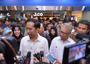 Presiden Jokowi menjawab wartawan saat 'blusukan' ke sebuah departmen store, di Banda Aceh, Rabu (1/6) malam. (Foto: Layli/Setpres_
