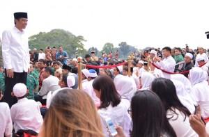Preside Jokowi buka puasa bersama dengan seribu anak yatim dan penyandang disabilitas, Selasa (28/6), di Istana Kepresidenan Bogor. (Foto: BPMI/Laily)