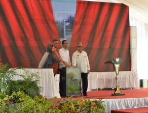 Presiden Jokowi didampingi Menteri BUMN, Dirut PLN, dan Gubernur Aceh menekan tombil peresmian PLTMG Arun, di Lhok Seumawe, Aceh, Kamis (2/6) pagi. (Foto: Fitri/Humas)