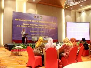 Staf Ahli Menkominfo Henry Subiakto menjadi narasumber dalam Forum Bakohumas Kemlu, di Palembang, Sumsel, Kamis (2/6). (Foto: Dani K/Humas)