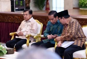 Presiden Jokowi berbincang dengan Ketua BPK Harry Azhar saat penyerahan LHP LKPP tahun 2015, Senin (6/6), di Istana Negara, Jakarta. (Foto: Humas/Jay)