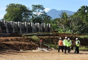 Presiden Jokowi didampingi Menteri BUMN dan Menteri PUPR meninjau pembangunan jalan tol Bocimi, di Megamendung, Bogor, Selasa (21/6) pagi. (Foto: JAY/Humas)