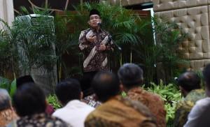 Mensesneg Pratikno memberikan sambutan pada Buka Puasa Bersama di Lingkungan Lembaga Kepresidenan, Jumat (17/6), di Aula Gd. III Kemensetneg, Jakarta. (Foto: Humas/Rahmat)
