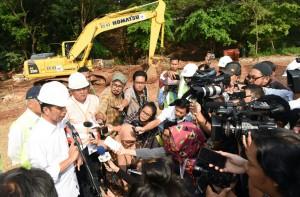 Presiden Jokowi menjawab wartawan usai melihat pembangunan jalan tol Cimanggis-Cibutung, Selasa (21/6) siang. (Foto: JAY/Humas)