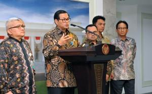 Seskab memberikan keterangan kepada pers usai ikuti Rapat Terbatas di Kantor Presiden, Rabu (22/6). (Foto: Humas/Jay)