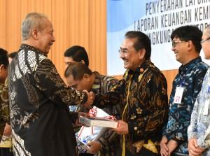 Waseskab menerima penghargaan WTP bagi Setkab di lingkungan Auditorat Utama Keuangan Negara III, Jakarta Rabu (29/6) sore. (Foto: Humas/Rahmat)