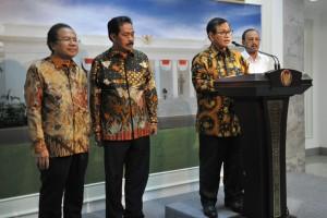 Seskab memberikan keterang usai mengikuti Rapat Terbatas di Kantor Presiden, Jakarta (29/6). (Foto: Humas/Deni)