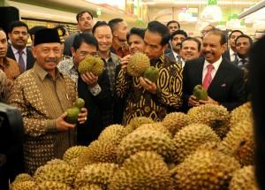 Presiden Jokowi meresmikan pembukaan Lulu Hypermarket yang berlokasi di Cakung, Jakarta Timur, Selasa(31/5) sore. Lulu Hypermarket merupakan perusahaan retail asal Uni Emirat Arab yang membuka gerai di Indonesia.