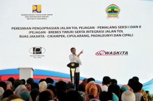 Presiden Jokowi saat meresmikan Jalan Tol Ruas Pejagan-Pemalang Seksi I dan II (Pejagan-Brebes Timur), serta integrasi jalan tol ruas Jakarta – Cikampek – Cipularang - Padaleunyi, dan Cipali, Kamis (16/6) sore, di Brebes, Jawa Tengah. (Foto: Humas/Agung)