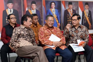 Seskab Pramono Anung dan Menko Perekonomian Darmin Nasution berbincang sebelum menyampaikan keterangan pers, Senin (6/6), di Kantor Presiden, Jakarta. (Foto: Humas/Jay)