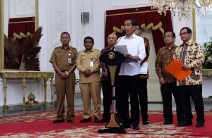Presiden Jokowi saat memberikan keterangan pers, di Istana Merdeka, Jakarta, Senin (13/6) sore. (Foto: Humas/Jay).