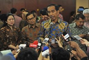 Presiden Jokowi didampingi Wapres, Menko PMK, dan Seskab, menjawab wartawan di Gedung Dhanapala, Jakarta, Selasa (7/6) pagi. (Foto: Rahmad/Humas)