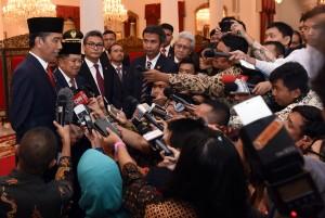 Presiden Jokowi menjawab pertanyaan wartawan usai pelantikan Gubernur dan Wagub Sulteng, Kamis (16/6) pagi, di Istana Negara, Jakarta. (Foto: Humas/Rahmat)