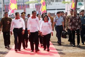 Presiden Jokowi didampingi Ibu Negara Iriana Joko Widodo dan Kepala BNN Budi Waseso tiba di lokasi acara Puncak Peringatan Hari Anti Narkotika Internasional 2016, Minggu (26/6) pagi, di Pinangsia, Jakbar. (Foto: Humas/Agung)