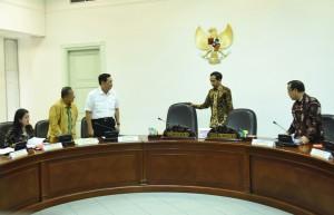 Presiden Jokowi menarik kursi tempat duduknya sebelum memimpin rapat tebatas konvensi FCTC, di kantor Presiden, Jakarta. Selasa (24/6) siang. (Foto: Rahmad/Humas)