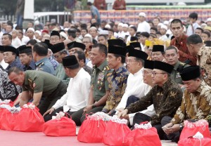 Presiden Jokowi didampingi Wapres JK dan Panglima TNI Jenderal Gatot Nurmantyo, saat buka puasa bersama di Mabes TNI, Cilangkap, Senin (27/6) sore. (Foto: Puspen TNI)