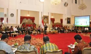 Presiden Jokowi memberikan pengantar pada Sidang Kabinet Paripurna, Selasa (7/6) siang, di Istana Negara, Jakarta. (Foto: Humas/Jay)