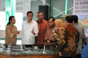 Presiden Jokowi saat meninjau pembangkit listrik tenaga diesel gas di Desa Pedungan, Kecamatan Denpasar Selatan, Kota Denpasar, Bali, Sabtu(11/6) siang. (Foto: Humas/Jay)