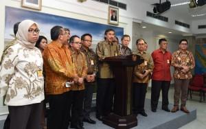 Konferensi Pers Pengurus Pusat Ikatan Alumni Institut Teknologi Bandung (PPIA ITB) usai bertemu Presiden Jokowi, di Istana Merdeka, Jakarta, Selasa (14/6) siang. (Foto: Humas/Jay).