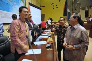 Seskab Pramono Anung dan Mensesneg Pratikno berbincang dengan anggota Komisi II DPR RI, Kamis (16/6) siang, di Gedung DPR, Jakarta. (Foto: Humas/Deni)