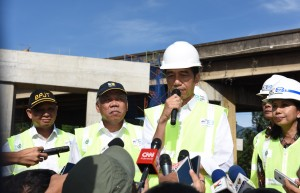 Presiden Jokowi meninjau pembangunan jalan tol Bogor-Ciawi-Sukabumi (Bocimi) di Kelurahan Gadog Kecamatan Megamendung, Kabupaten Bogor (21/6) Pagi.
