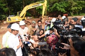 Presiden Jokowi meninjau pembungunan Jalan Tol Cimanggis-Cibitung Seksi 1A, di Simpang Susun Cimanggis, Kota Depok, Selasa(21/6) Siang.