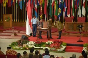 Presiden Jokowi menjabat tangan Seskab Pramono Anung seusai menandatangani Keppres Penetapan 1 Juli sebagai Hari Lahir Pancasila, di Gedung Merdeka, Bandung, Rabu (1/6) lalu. (Foto: OJI/Humas)