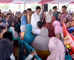 Presiden Jokowi menyerahkan Paket Sembako, Jumat (17/6), di Kendal, Jawa Tengah. (Foto: BPMI/Laily)