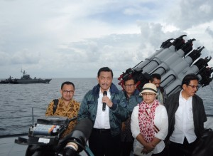 Menko Polhukam Luhut B. Pandjaitan dan Menlu Retno Marsudi didampingi sejumlah menteri memberikan keterangan pers, di atas KRI Imam Bonjol, yang berlayar di Natuna, Kamis (23/6) siang. (Foto: NIA/Humas)