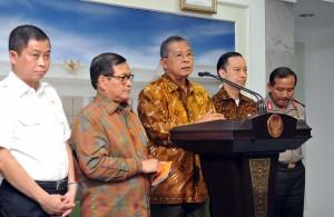 Sejumlah Menteri memberikan keterangan pers usai Sidang Kabinet Paripurna, Selasa (7/6), di Kantor Presiden, Jakarta. (Foto: Humas/Jay)