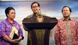 Seskab memberikan keterangan kepada pers usai Rapat Terbatas di Kantor Presiden, Jakarta Selasa (14/6). (Foto: Humas/Rahmat)