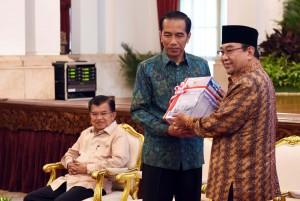 Presiden Joko Widodo menerima Laporan Hasil Pemeriksaan BPK atas Laporan LKPP tahun 2015 dari Ketua BPK Harry Azhar, Senin (6/6) pagi, di Istana Negara, Jakarta. (Foto: Humas/Jay)