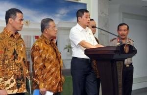 Menhub Ignasius Jonan didampingi sejumlah menteri dan Kapolri menyampaikan keterangan pers, di kantor presiden, Jakarta, Selasa (7/6) sore. (Foto: JAY/Humas)