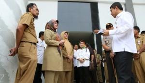 Menteri PAN-RB Yuddy Chrisnandi berbincang dengan PNS, saat berkunjung ke Kab. Pandeglang, Banten, Selasa (14/6)