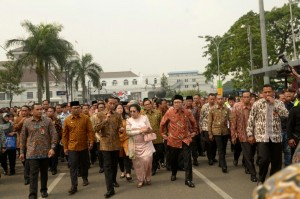 Presiden Jokowi bersama Presiden ke-6 RI Megawati Soekarmoputri dan Ketua MPR Zulkifli Hasan napak tilas dari Gedung Merdeka ke Penjara Banceuy, Bandung, Rabu (1/6) pagi. (Foto: OJI/Humas)