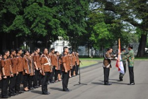 Presiden Jokowi saat secara resmi melepas kontingen Indonesia ke Olimpiade Rio de Janeiro, Brazil di halaman depan Istana Merdeka, Rabu (22/6) pagi. (Foto: Humas/Deni)