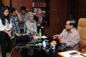 Seskab Pramono Anung menjawab wartawan, di ruang kerjanya Gedung III Kemensetneg, Jakarta, Kamis (2/6) siang. (Foto: JAY/Humas)