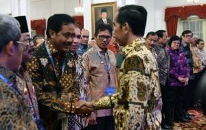 Presiden Jokowi memberikan ucapan selamat kepada peserta Rakornas peserta Rapat Satgas 115, di Istana Negara, Jakarta, Rabu (29/6) pagi. (Foto: JAY/Humas)