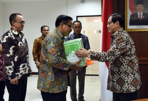 Seskab Pramono Anung menyerahkan tali kasih kepada Sukamto, PNS Setkab yang memasuki masa pensiun, di ruang rapat lantai IV Gedung III Kemensetneg, Jakarta, Jumat (17/6) siang. Tampak menyaksikan Deputi Administrasi Seskab Farid Utomo. (Foto: Rahmad/Humas)