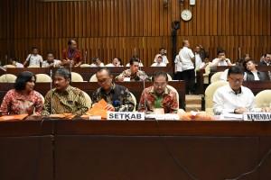 Wakil Sekretaris Kabinet (Waseskab) Bistok Simbolon pada Rapat Kerja dengan Komisi II DPR RI di ruang rapat Komisi II DPR, kawasan Senayan, Jakarta, Rabu (22/6) siang. (Foto: Humas/Rahmat)