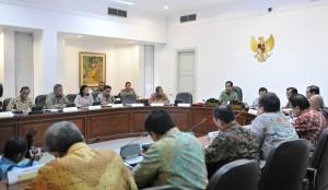 Presiden Jokowi didampingi Wapres Jusuf Kalla memimpin rapat terbatas tentang kelistrikan, di kantor presiden, Jakarta, Rabu (22/6) siang. (Foto: JAY/Humas)