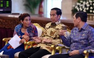 Presiden Jokowi berbincang dengan Menko Polhukam dan Menteri KKP sebelum membuka Rakornas Satgas 115, di Istana Negara, Jakarta, Rabu (29/6) padi. (Foto: JAY/Humas)