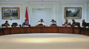 Presiden Jokowi didampingi Wapres Jusuf Kalla memimpin rapat terbatas tentang penyelundupan, di kantor kepresidenan, Jakarta, Rabu (29/6) siang. (Foto: Deny. S/Humas)