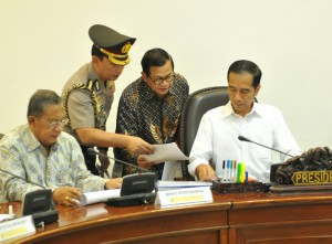 Presiden Jokowi menerima laporan dari Seskab Pramono Anung sebelum rapat terbatas, di kantor presiden, Jakarta, Rabu (8/6) siang. (Foto: Rahmat/Humas)
