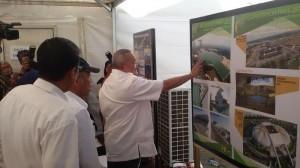 Gubernur Sumsel Alex Nurdin menjelaskan maket rumah susun Jakabaring kepada Menteri PUPR Basuki Hadimuljono, di Palembang, Sumsel, Kamis (9/6)