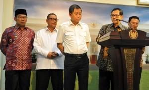 Seskab memberikan keterangan pers usai Rapat Terbatas Rabu (8/6) Sore di Kantor Presiden, Jakarta. (Foto: Humas/Rahmat)